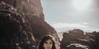 """Frida mostra dor e solidão em novo clipe; veja """"Quando o Amor Acaba"""""""