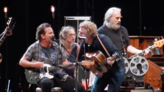 Eddie Vedder com Fiona Apple e Glen Hansard em festival