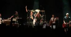 Foo Fighters toca AC/DC com vocalista do The Hives