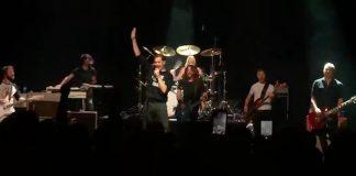 Foo Fighters toca AC/DC com vocalista do The Hives