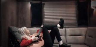 Hayley Williams tocando violão