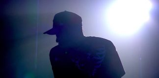 Jay-Z toca mashup com Linkin Park em homenagem a Chester Bennington