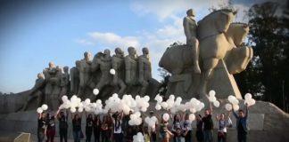 Fãs brasileiros prestam homenagem a Chester Bennington