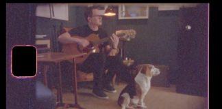 Mark Hoppus com um cachorro