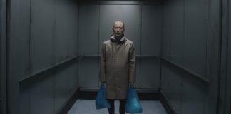 """Thom Yorke fica preso em elevador no novo clipe do Radiohead; veja """"Lift"""""""