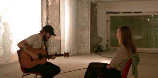 Bon Iver - Justin Vernon tocando para uma fã