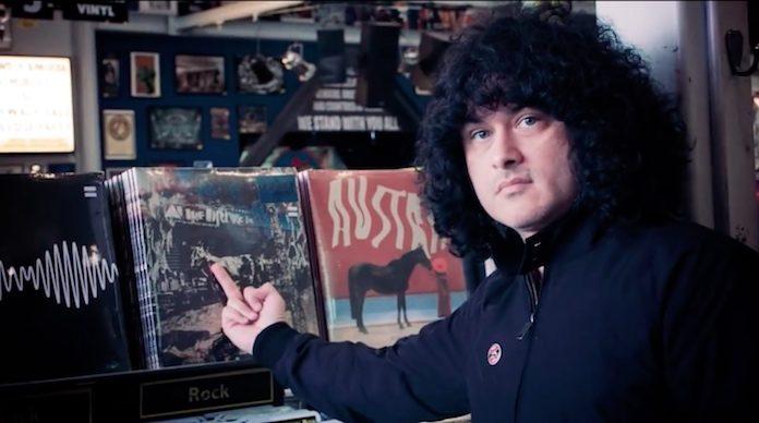 Cedric Bixler-Zavala vai à loja de discos e mostra suas compras