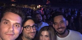 Mike Shinoda assistindo show do Paramore com John Mayer e Danielle Fishel