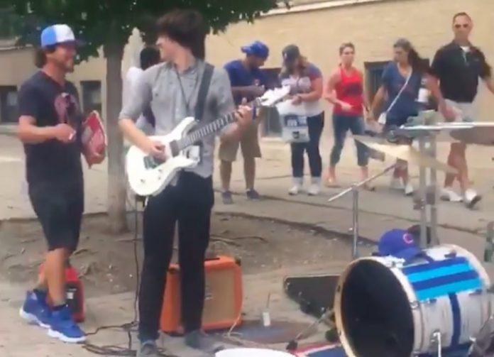 Eddie Vedder se enturma com músicos de rua