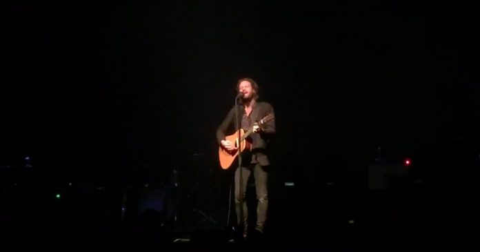 Father John Misty tocando Tom Petty
