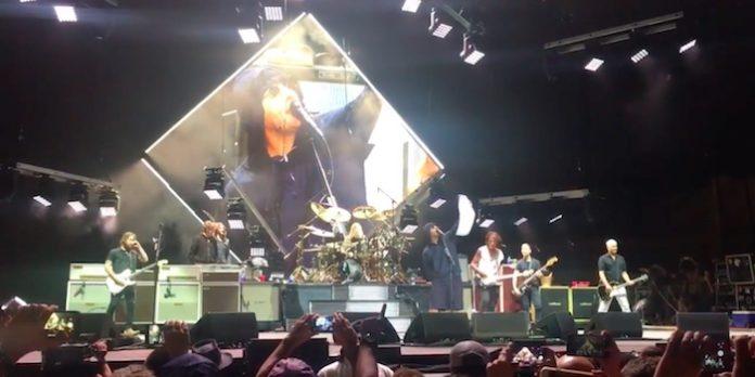 Liam Gallagher tocando Beatles com Foo Fighters e Joe Perry