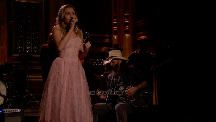 Miley Cyrus e Billy Ray Cyrus tocando Tom Petty no Tonight Show
