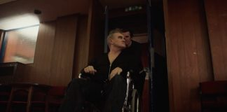 Morrissey no clipe de Spent The Day In Bed