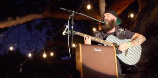 Tim Armstrong toca Rancid em cima de árvore