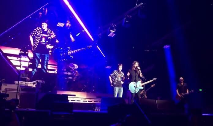 Foo Fighters toca com fã baterista