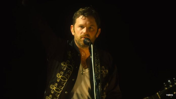 "Kings of Leon mostra bastidores da turnê no clipe de ""Waste A Moment"""