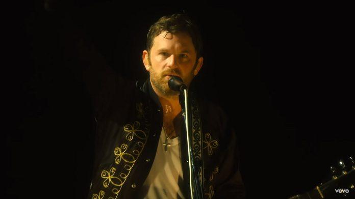 """Kings of Leon mostra bastidores da turnê no clipe de """"Waste A Moment"""""""