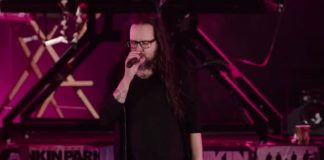 Jonathan Davis, do KoRn, no tributo a Chester Bennington
