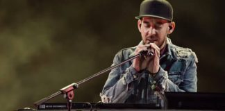 Mike Shinoda no tributo a Chester Bennington