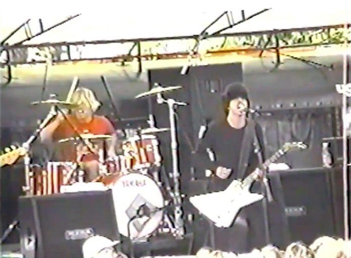 Foo Fighters tocando na neve em 1998