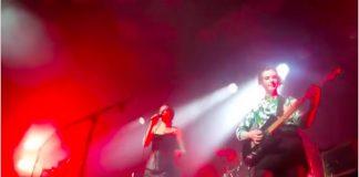 Wolf Alice toca com fã em Glasgow