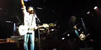 Foo Fighters toca Alice Cooper com Chris Shiflett nos vocais