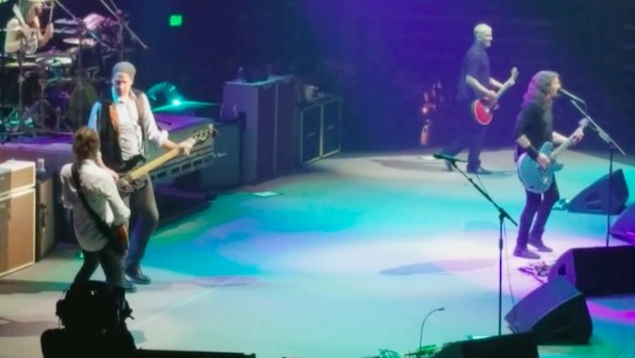 Krist Novoselic tocando Big Me com o Foo Fighters