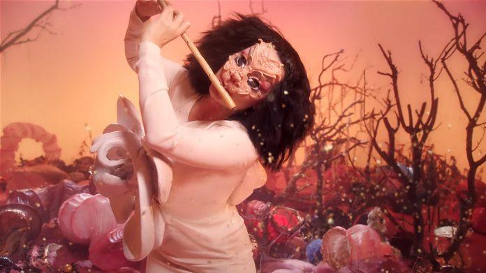 "Björk toca flauta em universo surrealista no clipe de ""Utopia"""