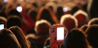 Plateia de show com smartphone