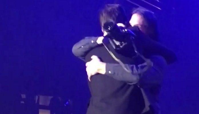 Brandon Flowers abraça fotógrafo em show do The Killers