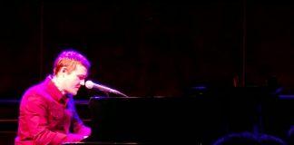 Brian Fallon tocando piano em show solo