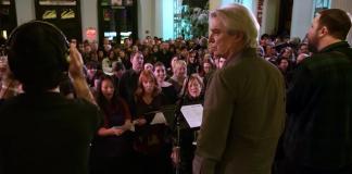 """David Byrne e Choir! Choir! Choir! cantando """"Heroes"""", de David Bowie"""