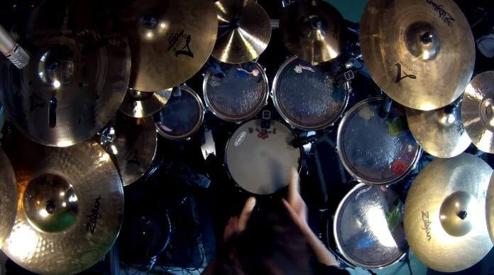 Baterista toca música do Metallica com dildos