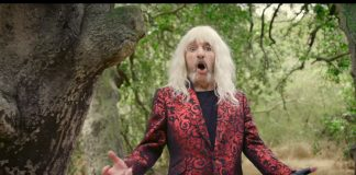"Derek Smalls no clipe de ""Smalls Change"""