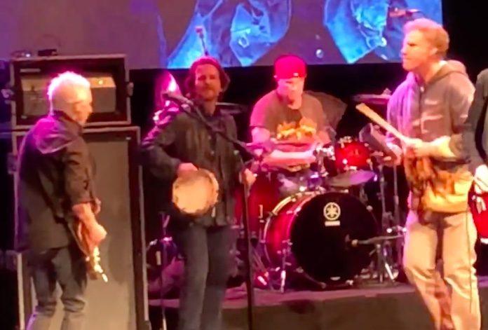 Eddie Vedder, Will Ferrell e Chad Smith