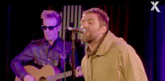 """Liam Gallagher toca """"Some Might Say"""" acústica em Londres"""