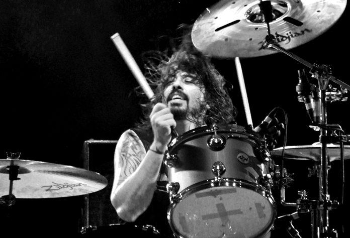 Dave Grohl tocando bateria