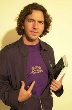 Eddie Vedder vestido de roxo