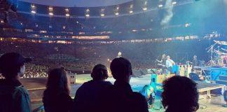 Elenco de Stranger Things vê show do Foo Fighters