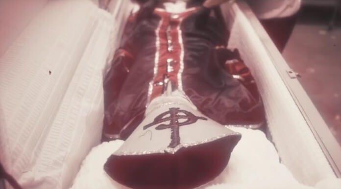 Papa Emeritus no caixão do Ghost