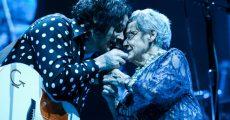 Jack White cantando com a mãe