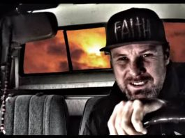 Jeff Ament no clipe de Safe In The Car