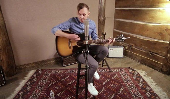 Chris, do The Lawrence Arms, em sessão acústica