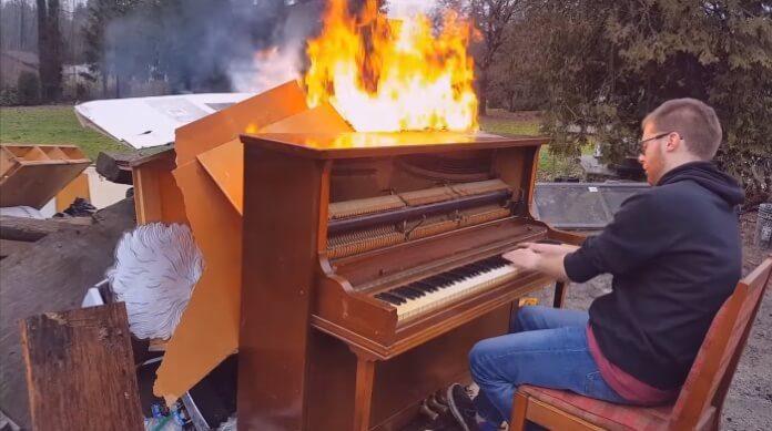 Piano em chamas