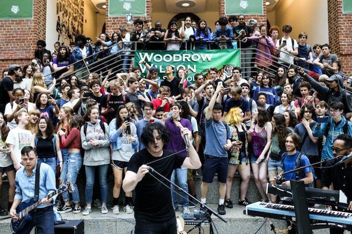 Jack White faz show surpresa em escola nos EUA