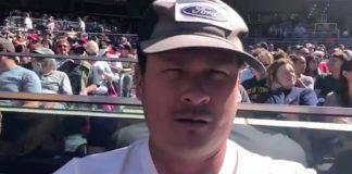 Tom DeLonge em jogo de baseball