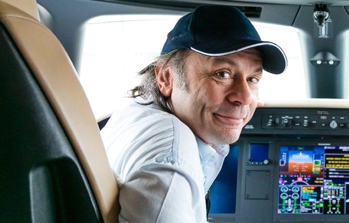 Bruce Dickinson em avião da Embraer