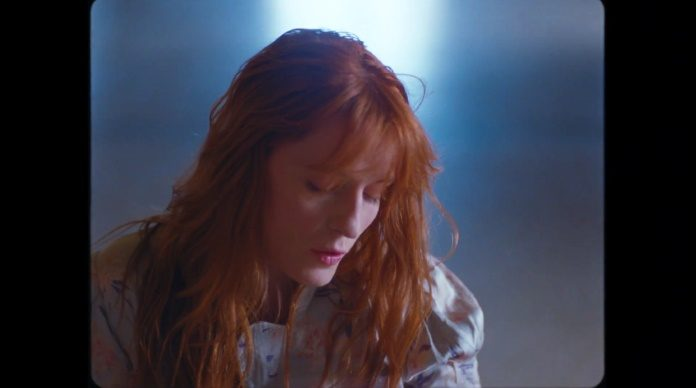 Florence + The Machine no clipe de Hunger