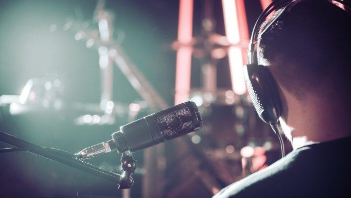 Músico com fones em estúdio