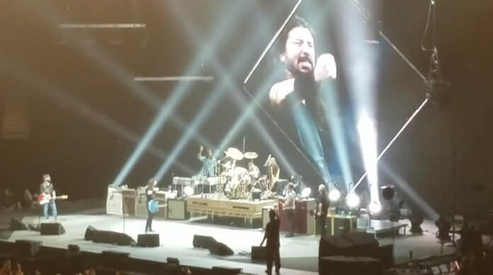 Foo Fighters chama Little Fonzie ao palco